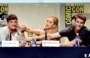 559edc939e9755183d96eae3_comic-con-2015-jennifer-lawrence-josh-hutcherson-liam-hemsworth